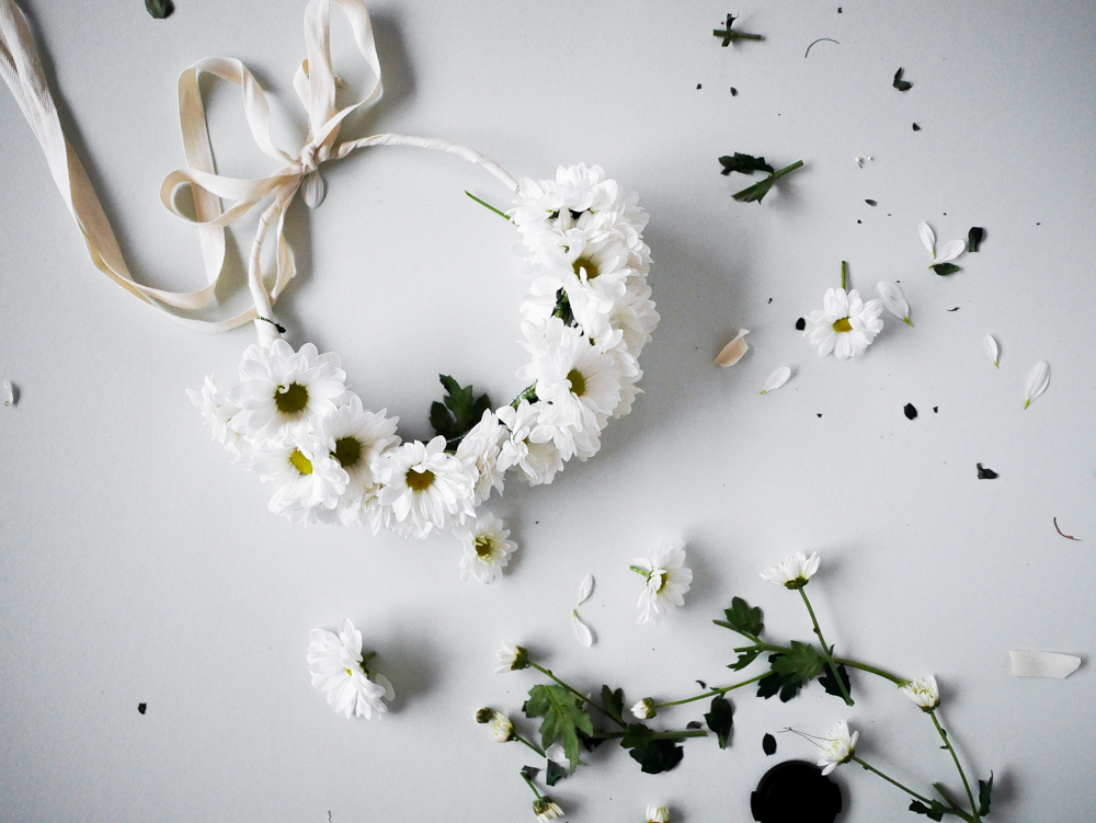 diy une couronne de fleurs fraiches lili in wonderland. Black Bedroom Furniture Sets. Home Design Ideas