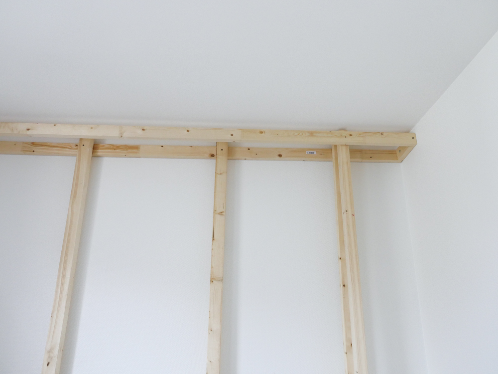 fixer tete de lit au mur fixation t te de lit avec lit au mur tete de lit sans fixation au mur. Black Bedroom Furniture Sets. Home Design Ideas