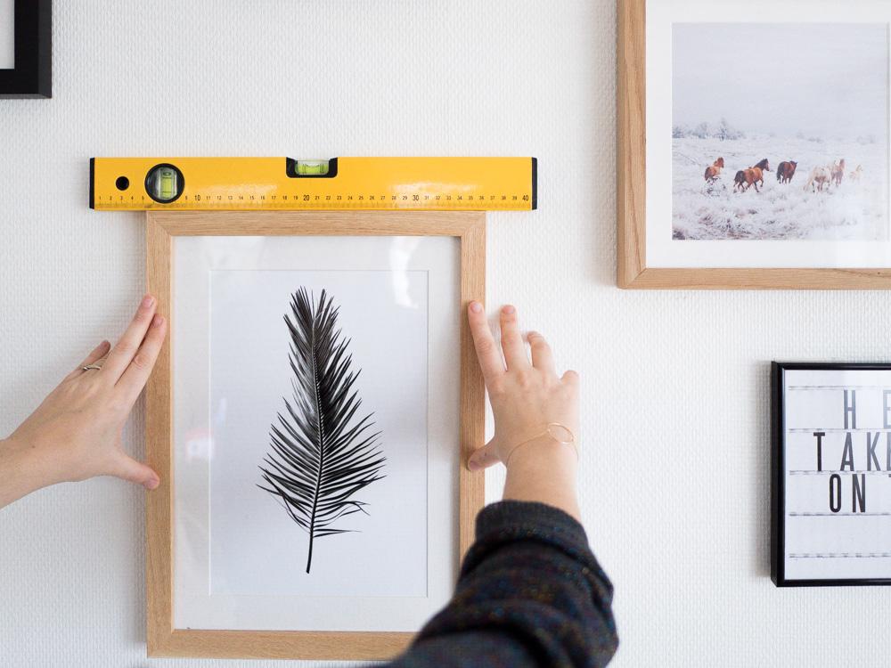 diy un mur de cadres sans percer lili in wonderland. Black Bedroom Furniture Sets. Home Design Ideas