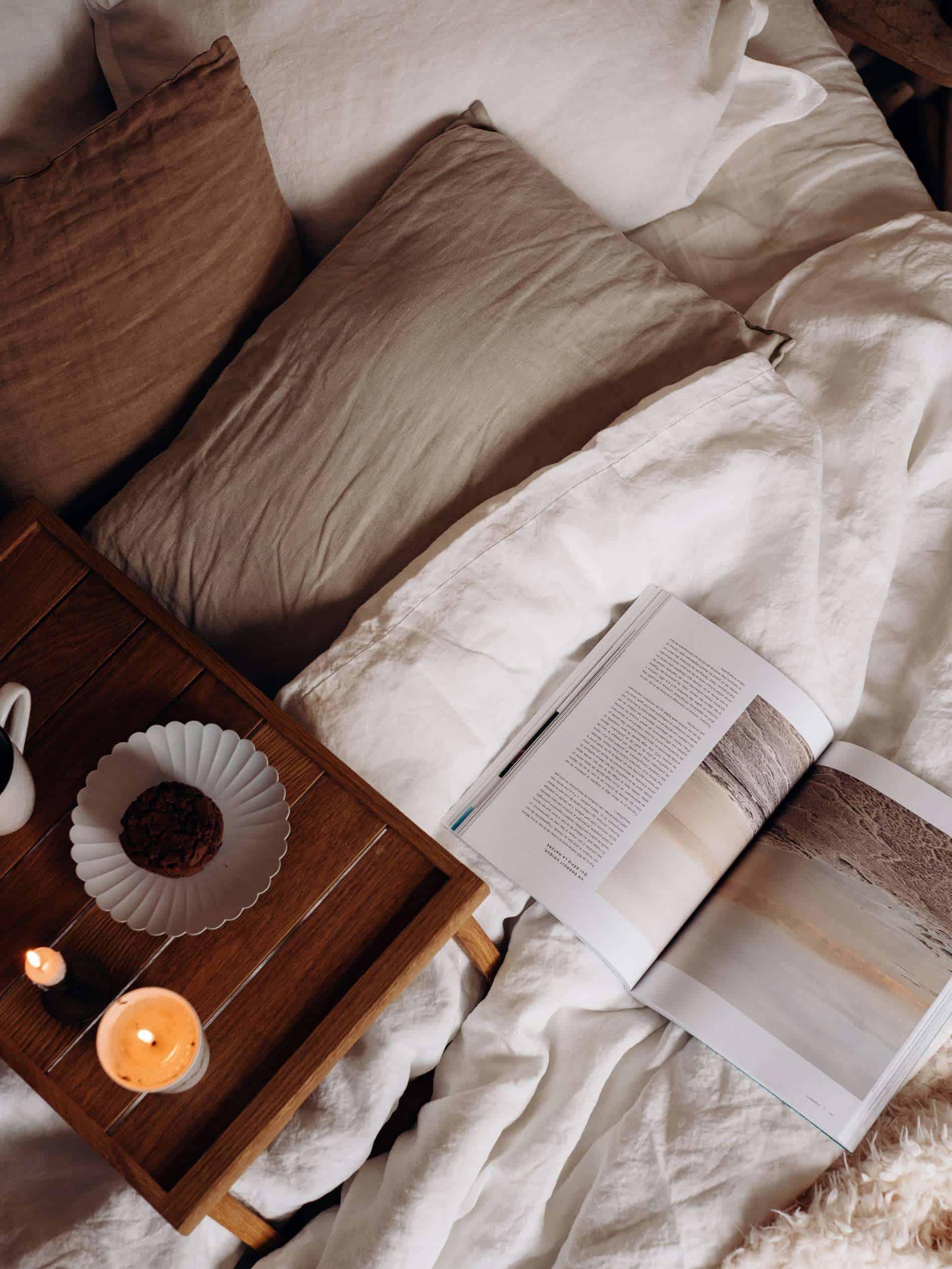 moments slow maison chambre draps lin cookies magazine lifestyle