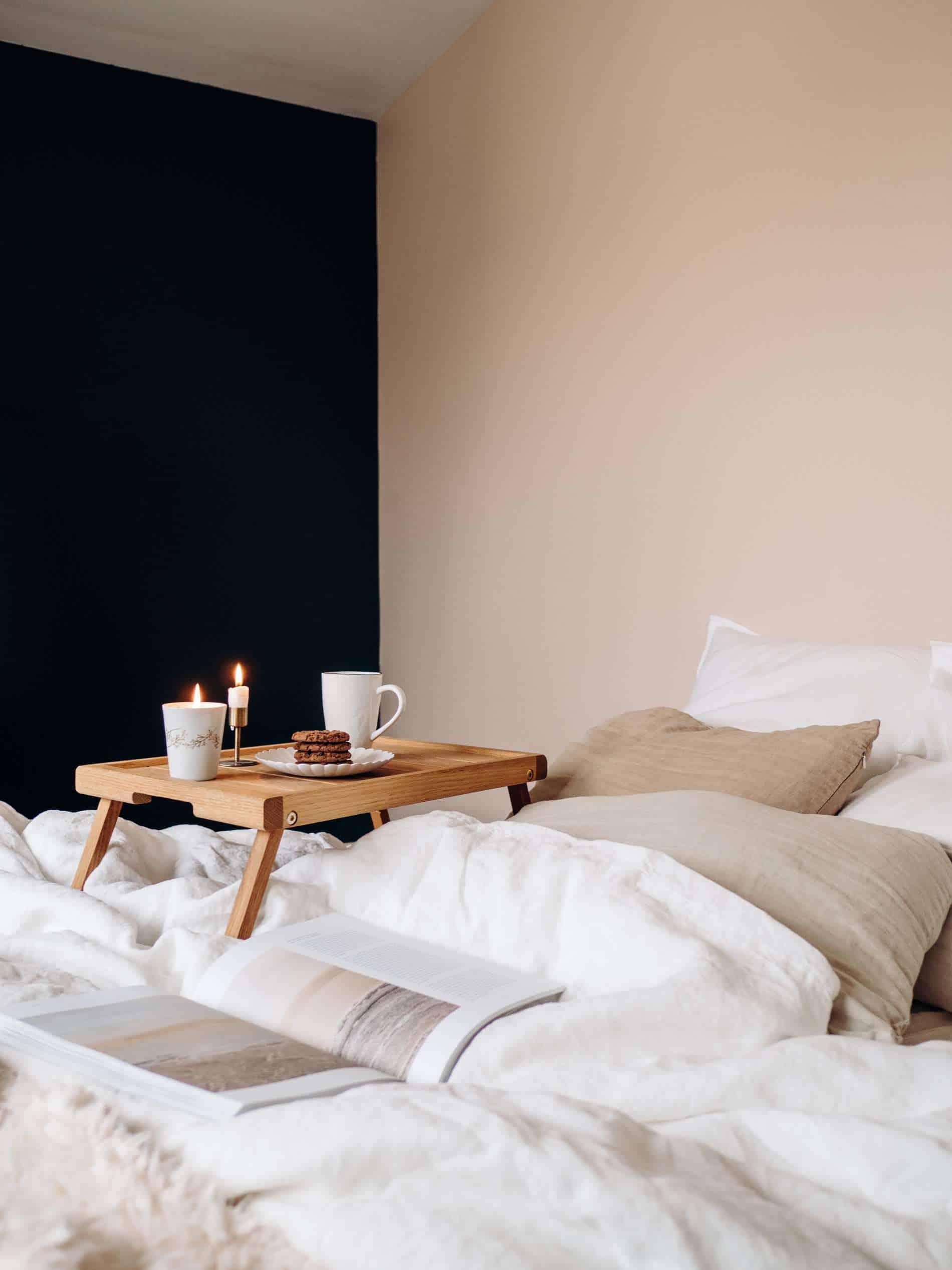 moments slow maison chambre draps lin bougie thé gouter lit
