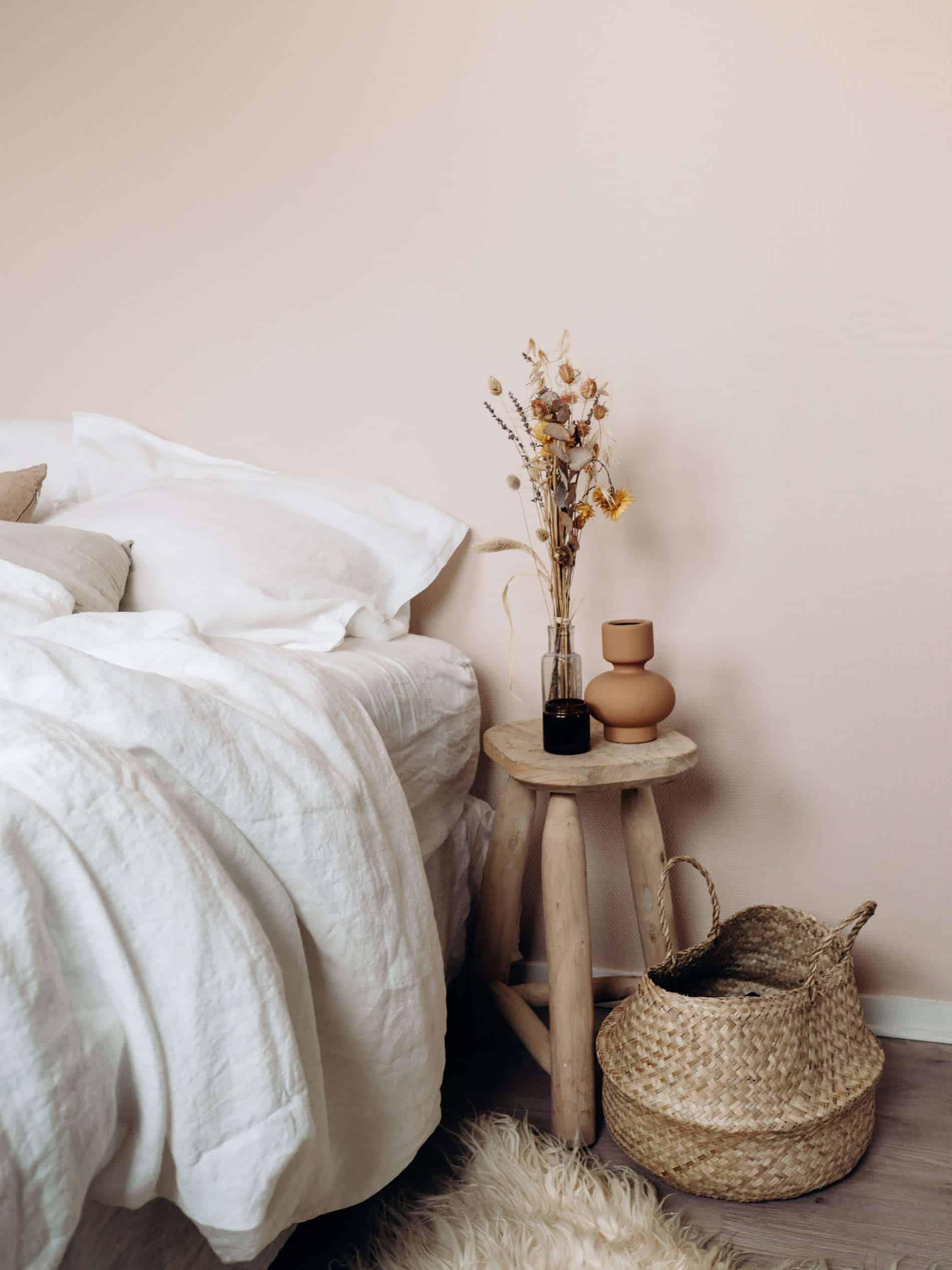 moments slow maison chambre draps lin fleurs séchées