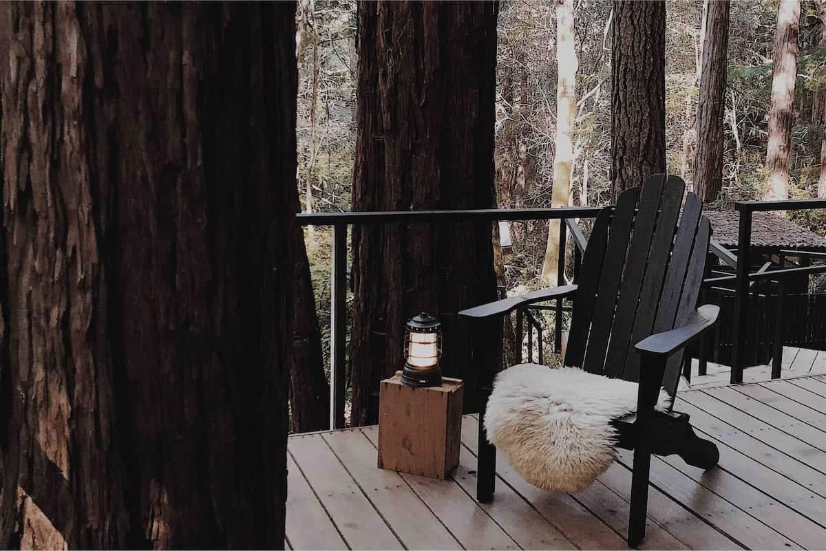 cabane en bois noir forêt extérieur deck Elk Retreat Forest blog deco lifestyle et voyage Lili in Wonderland