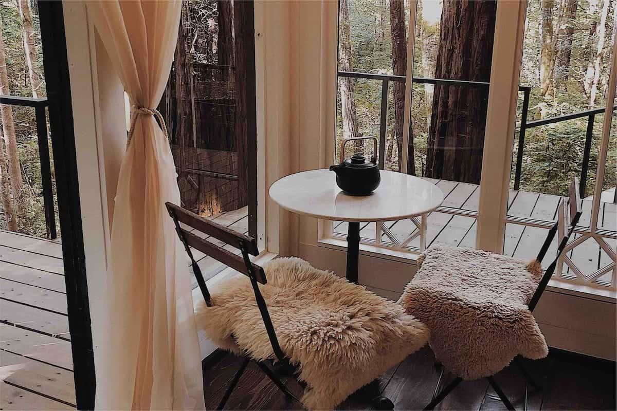 table cabane en bois noir forêt Elk Retreat Forest blog deco lifestyle et voyage Lili in Wonderland